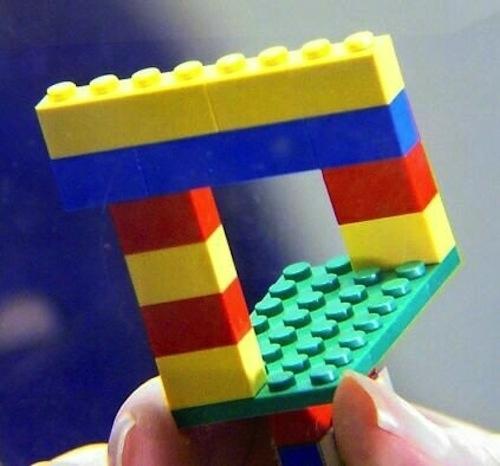 24. Ini bukan Mobius strip versi Photoshop. Ini sebenarnya foto Lego biasa yang diambil dengan lensa telecentric.