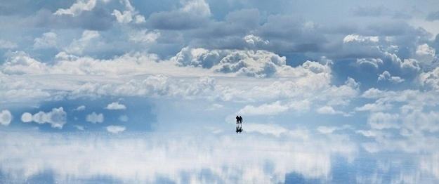 22. Ini bukanlah yang dipikirkan seniman tentang seperti apa surga itu. Faktanya, ini adalah ladang garam yang sangat besar di Bolivia. Permukaannya reflektif dan terlihat seperti cermin raksasa.
