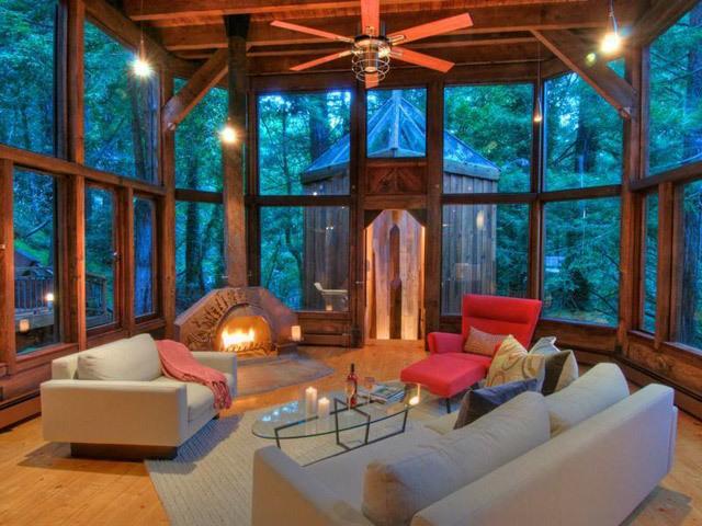Malam musim panas yang sejuk terlihat sangat bagus dari ruangan kaca seperti ini.