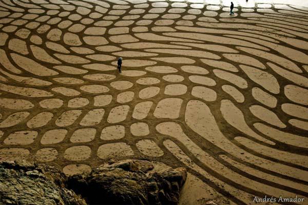 Dengan mengikis pasir lembab saat air surut, Anda bisa menciptakan warna pasir yang kontras.