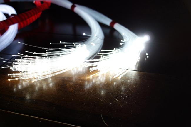 Ide pertama saya adalah membungkus seluruh bundel dengan selotip listrik, yang merupakan ide yang buruk. Itu membuat semuanya terlalu kaku dan berat. Pada akhirnya, saya menempelkan bundel ke setiap kaki untuk menyatukan semuanya dan menghindari keterikatan sebanyak mungkin. Masih bodoh. Hanya menggunakan pengikat kabel adalah yang paling efektif.
