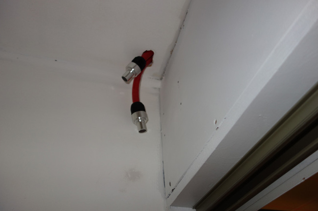 Saya benar-benar menutupi tepi di sini dengan pita listrik dan meninggalkannya melalui langit-langit. Mungkin sekitar 10 inci terakhirnya?