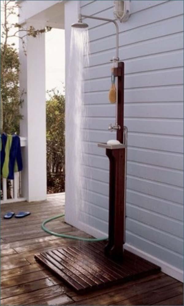 32.)简单的户外淋浴非常适合喜欢户外活动的海滨别墅和家庭。