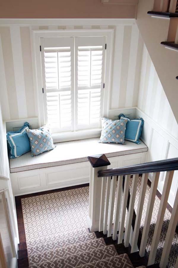 24.)在楼梯平台上增加一个简单的靠窗座位。