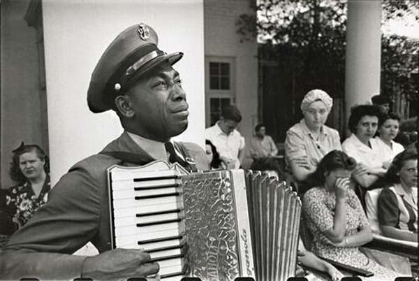 45.)一个手风琴演奏者在葬礼上哀悼FDR。