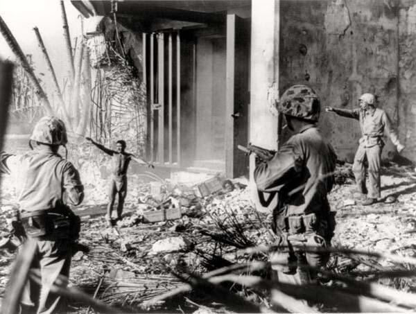42.)一个日军向美军投降。