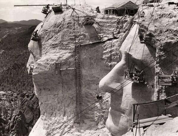 40.) 拉什莫尔(Rushmore)建中(1939)。