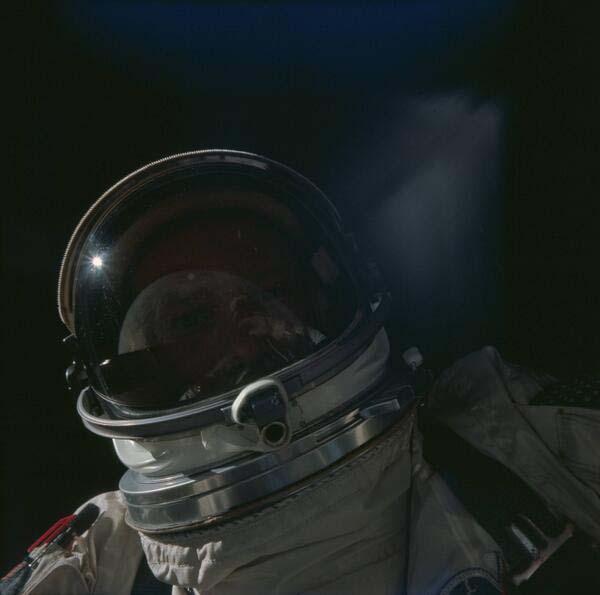38.)巴兹·奥尔德林(Buzz Aldrin)在太空自拍(1966)。