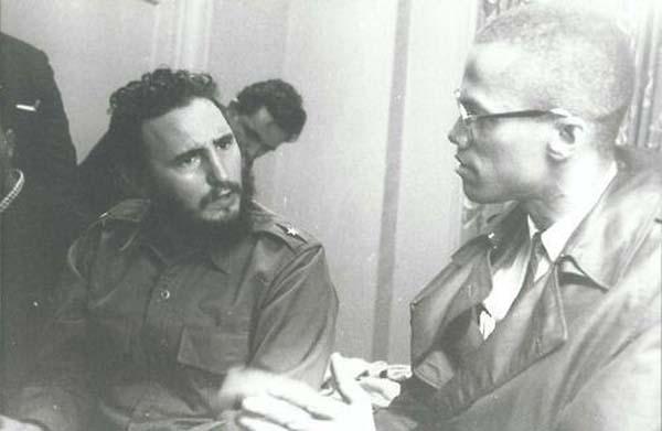 29.)菲德尔·卡斯特罗(Fidel Castro)和马尔科姆(Malcolm X)(1960)。