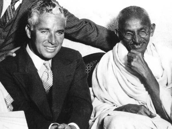 26.)查理·卓别林和玛塔玛·甘地。