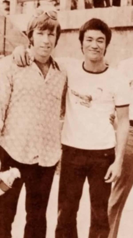 24.)查克·诺里斯(Chuck Norris)和李小龙(Bruce Lee)。