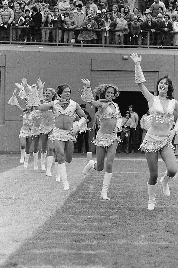 6.)罗宾·威廉姆斯(Robin Williams)参加啦啦队(1980)。