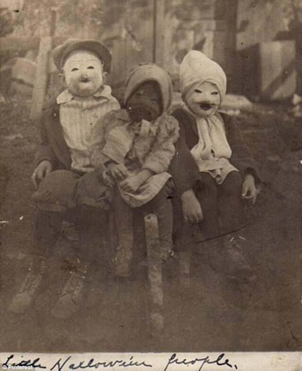 """7.)三个孩子和他们怪异的""""万圣节人""""服装(1900年)。"""