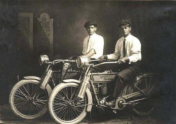 1.)威廉·哈雷(William Harley)和亚瑟·戴维森(Arthur Davidson)(1914)。