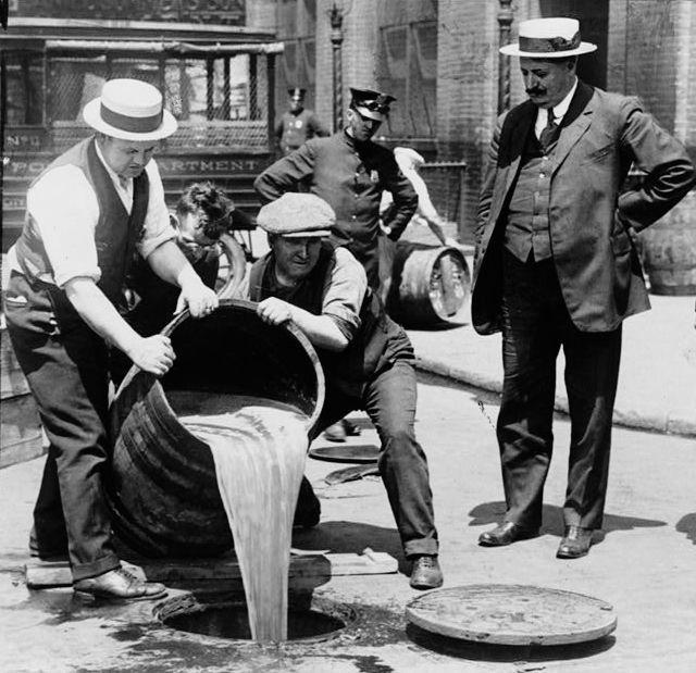 在禁酒令期间,政府开始对啤酒中毒,导致数千人死亡。