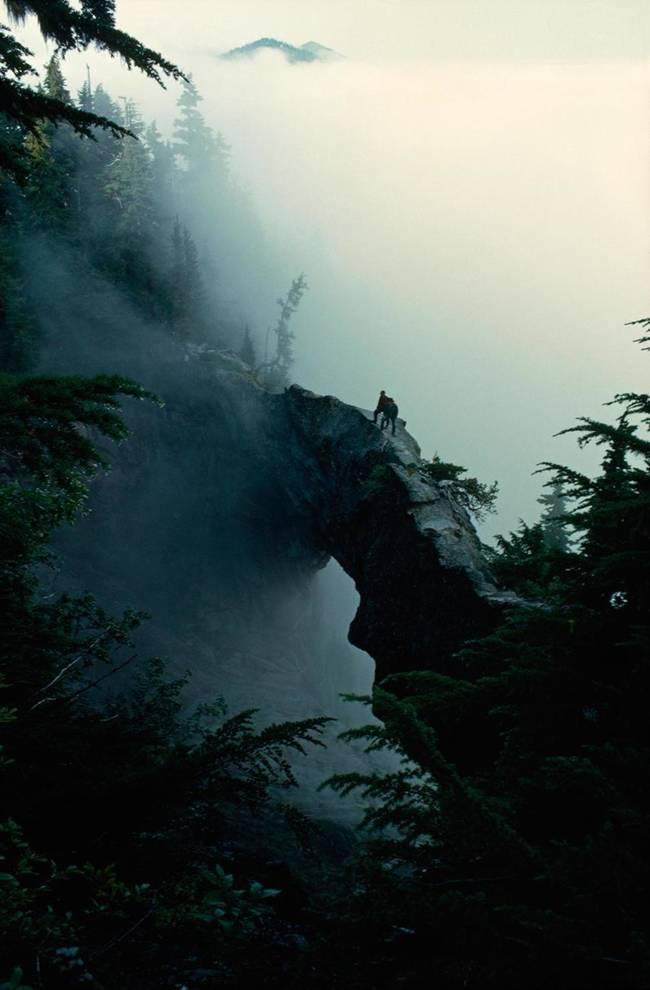 跨入云层,山。 美国华盛顿雷尼尔