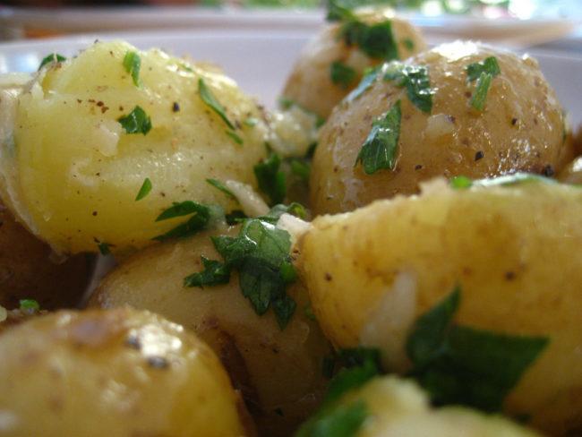 出乎意料的是,土豆在清单上。 再加热的土豆失去了营养价值,加热后可能成为肉毒杆菌中毒的来源。