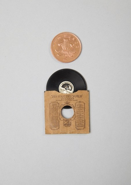 3. Berikut adalah record dan record player yang saya belum tahu bagaimana cara menggunakannya.