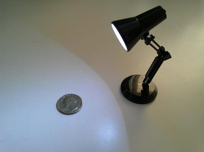 1. Apakah Anda membutuhkan lampu meja untuk semut? ini dia.