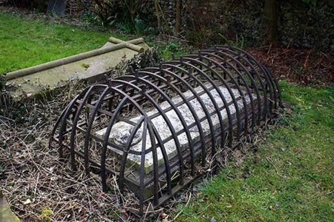 Desain makam Victoria ini adalah untuk mencegah orang mati melarikan diri dari kuburan. Seandainya Anda adalah zombie atau vampir.