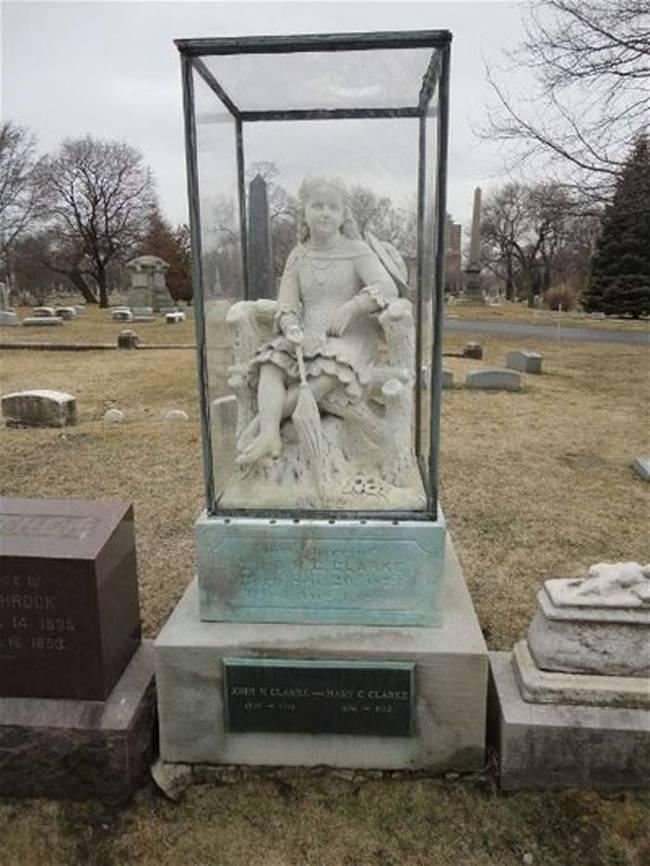 Gadis seukuran manusia di kuburan kotak kaca ini ditugaskan oleh ibu gadis itu.