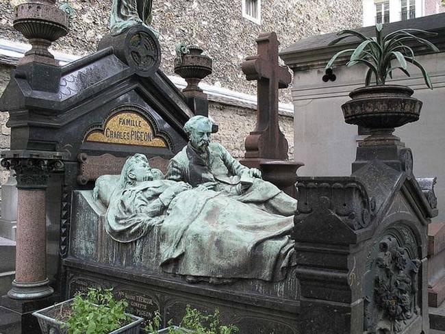 Dari pemakaman di Paris, Prancis. Batu nisan yang tak terlupakan.