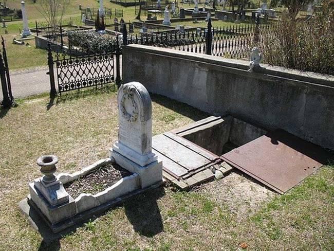 Seorang ibu yang patah hati merancang makam ini untuk putrinya yang berusia 10 tahun, yang meninggal pada tahun 1871. Ketika dia masih hidup, putrinya takut akan badai. Makam itu dibangun di pintu masuk hingga setinggi peti mati. Ibunya datang ke kuburan untuk menghibur anaknya selama badai.