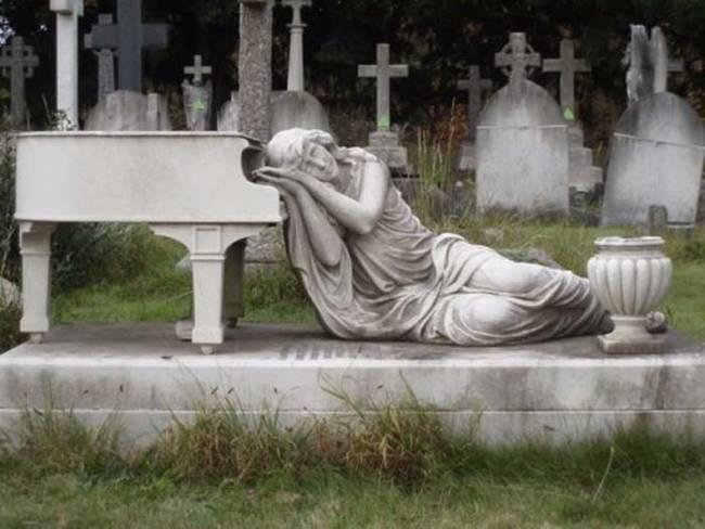 Saya menangis di piano. Aku ingin tahu apakah dia bermain ...