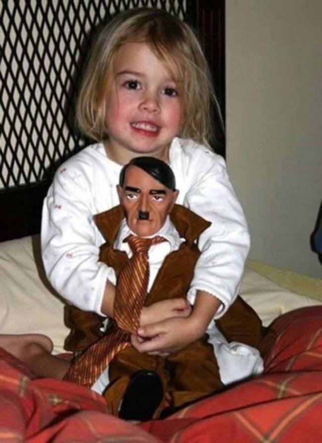 Saya ingin tahu darimana anak itu mendapatkan boneka Adolf Hitler.