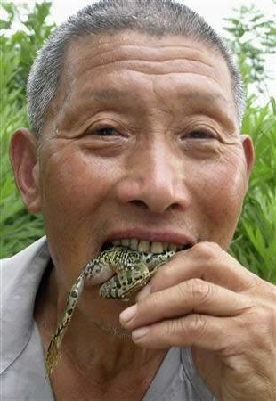 Yang Dingcai insists that 40 years of eating live frogs and rats has helped him avoid intestinal problems and has made him stronger.