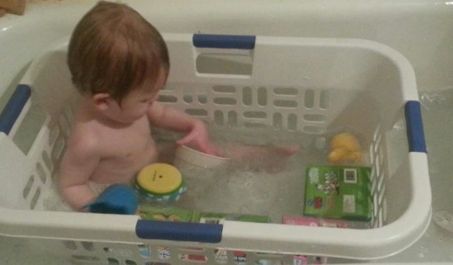 Simpan mainan mandi (dan anak Anda) di keranjang cucian.