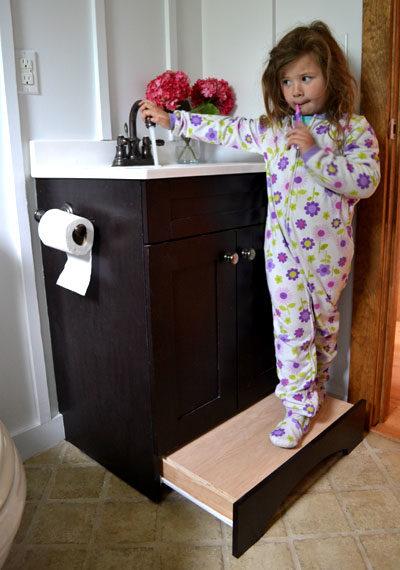 Dengan memasang laci secara terbalik, Anda tidak memerlukan bangku di kamar mandi. Tutorialnya ada di sini.