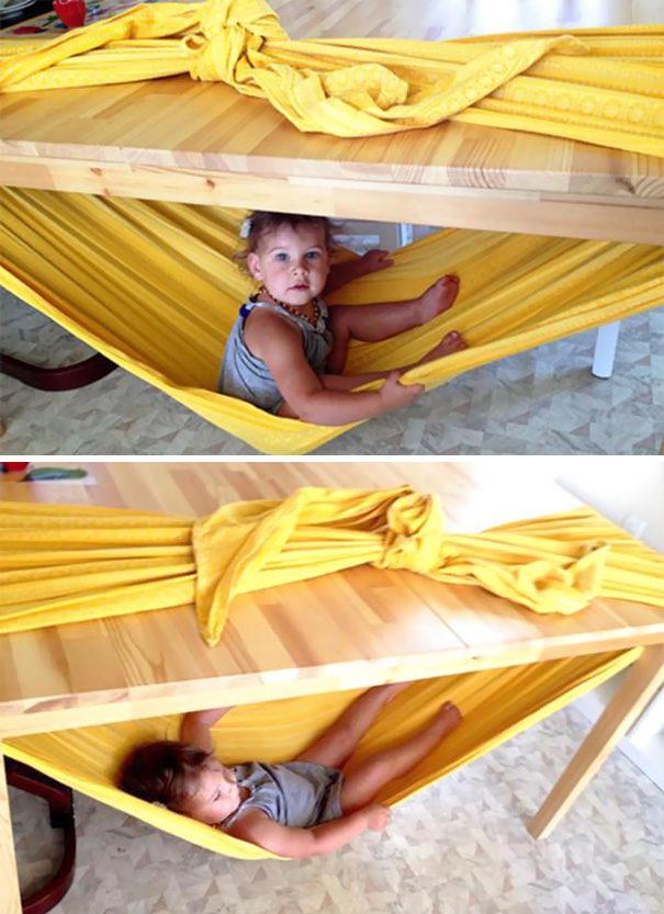 Atau ikat di sekeliling meja untuk membuat tempat tidur gantung bayi.