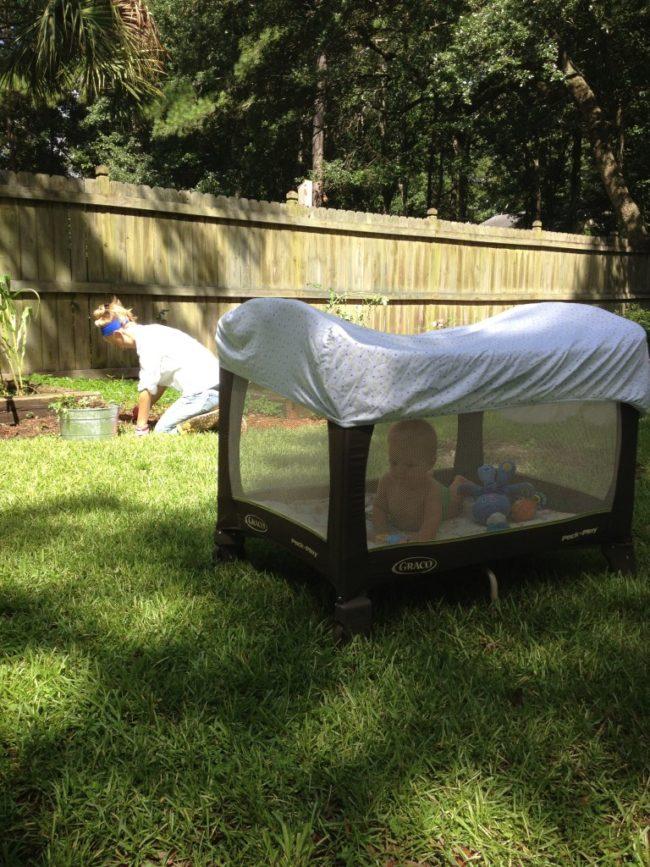 Letakkan selembar tempat tidur bayi di atas kemasan dan mainkan untuk melindungi anak Anda dari gigitan serangga.