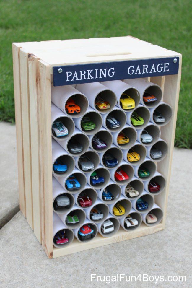 Peti tua berisi tabung kertas toilet kosong menjadikannya tempat parkir yang ideal untuk mobil mainan.