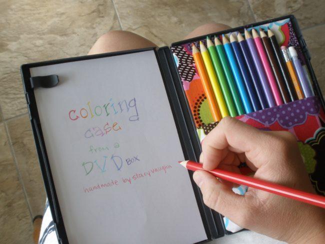Jika kotak DVD kosong tergeletak, isi dengan kertas dan pensil warna untuk hiburan di dalam mobil.