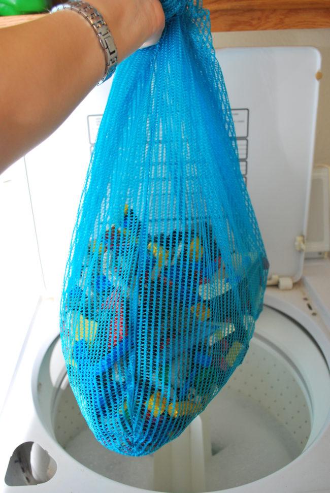 Cuci Lego dan mainan plastik lainnya di dalam kantung pakaian berbahan jaring setidaknya sebulan sekali.