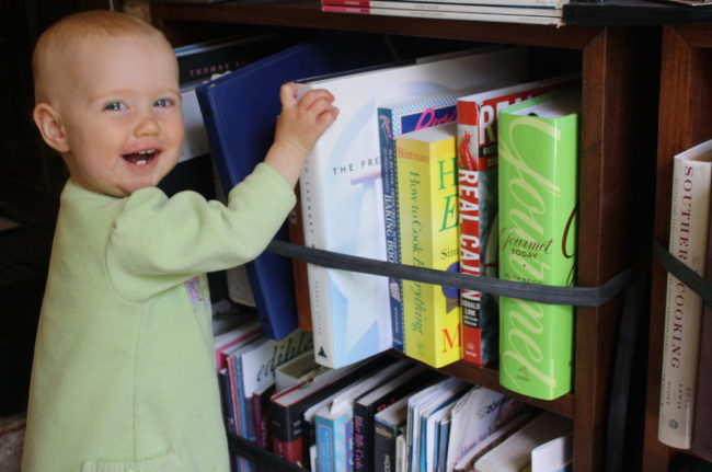 Bayi suka mengambil buku dari rak. Hentikan masalah sebelum terjadi pada ban dalam sepeda Anda.  Lihat instruksi untuk lebih jelasnya.