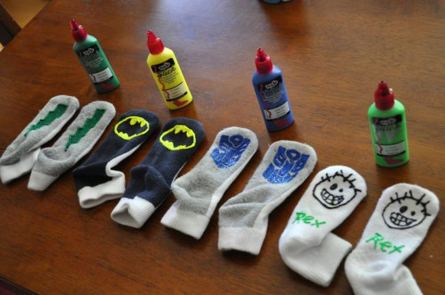 Jika Anda memiliki lantai kayu keras yang licin, gunakan cat bengkak untuk menggambar desain yang menyenangkan pada kaus kaki anak Anda. Tidak ada lagi seluncuran dalam ruangan!