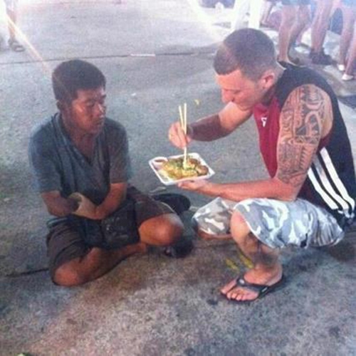 17. When this man not only bought food for a homeless guy missing an arm, but let him enjoy Japanese food that requires chopsticks by feeding him.