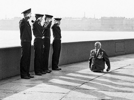 8. When this man who lost his legs in battle was saluted by 4 soldiers.