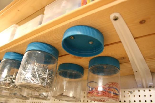使用拧在架子底部的旧花生酱瓶存放小物件,例如螺钉和钉子。