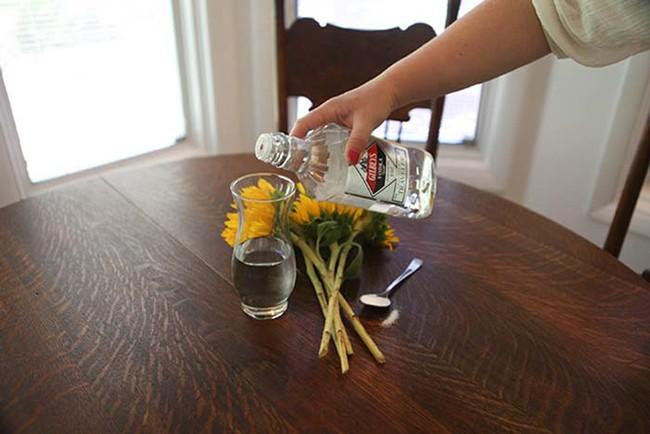 使用伏特加来保持花朵新鲜。