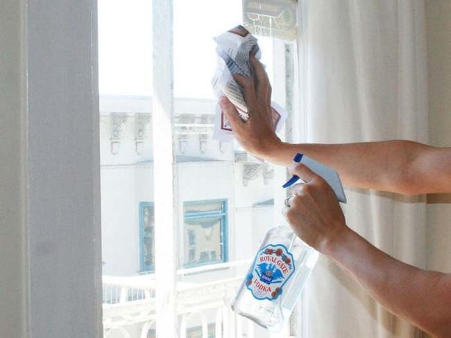 用伏特加清洁窗户。